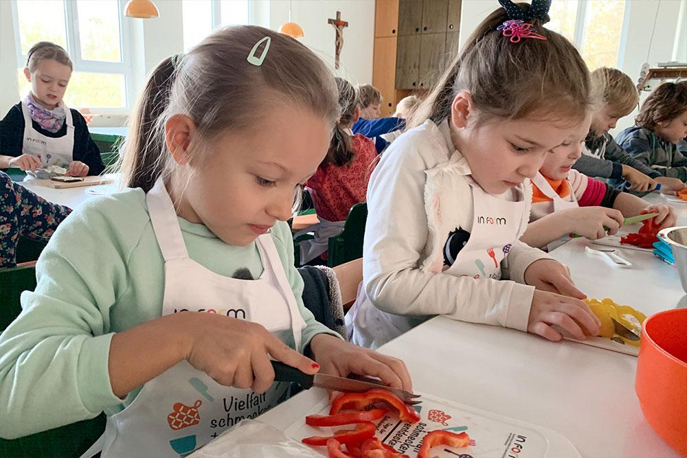 Kinder kochen in der Grundschule Haus St. Marien