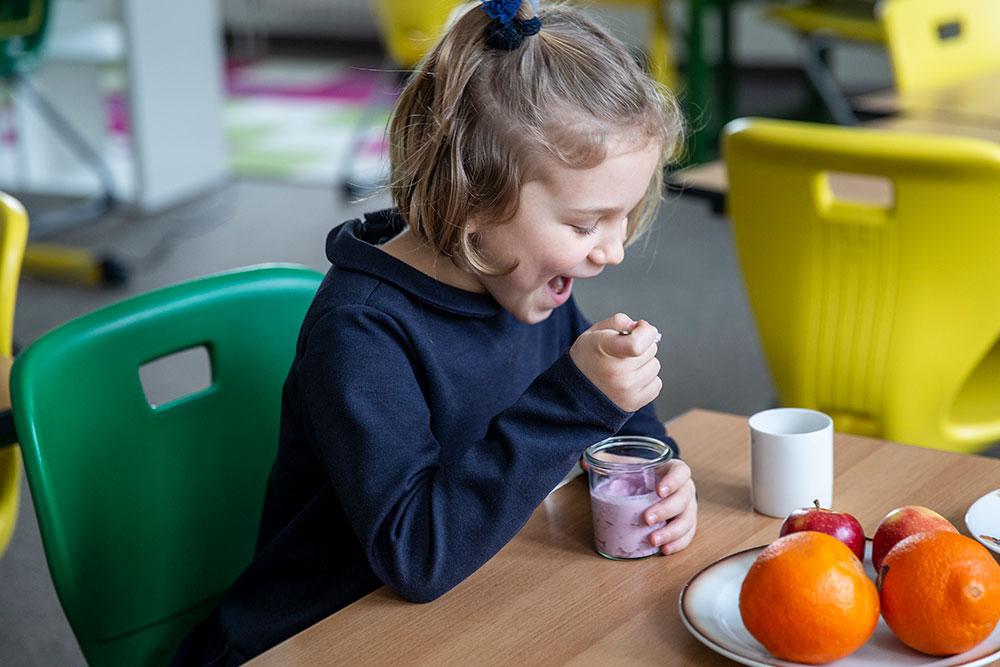 Kind in der Mittagspause in der Grundschule Haus St. Marien